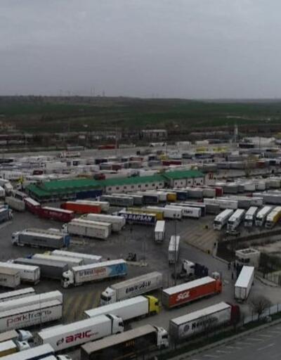 Türk TIR'ları sırada bekliyor