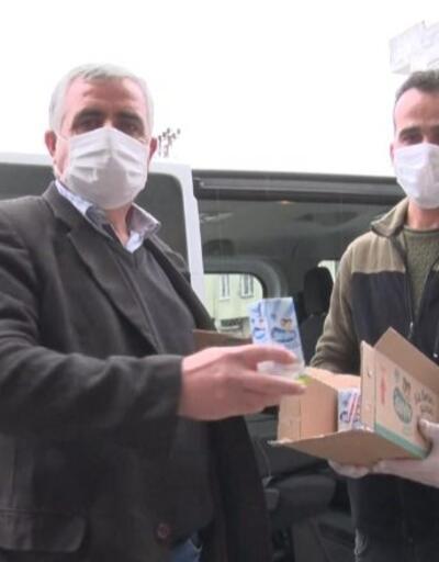 Okulda dağıtılan sütler çocukların evine götürülüyor