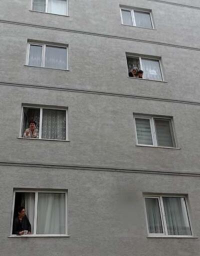 Evden çıkamayan komşular camdan cama gün yaptı