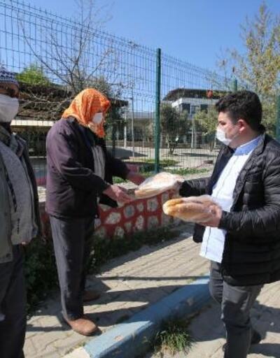 Buca'da sokağa çıkma yasağında kırsal mahallerde yaşayanlara ekmek dağıtıldı