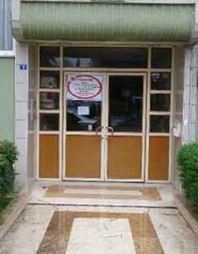 Binanın kapısına yazı asıp karantinaya aldılar