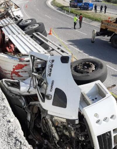 Duvara çarpan kamyonun şoförü yaşamını yitirdi
