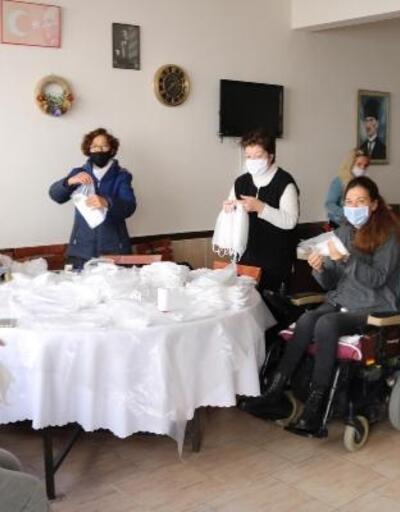 Foça'da engelliler ve gönüllü kadınlar maske üretiyor