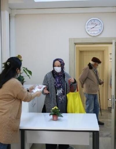 Çınarcık'ta maskeler vatandaşlara dağıtılıyor