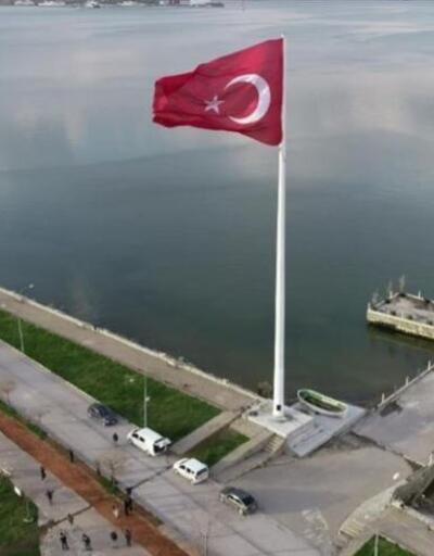 Bölgenin en büyük Türk bayrağı Tatvan'da dalgalanmaya başlandı