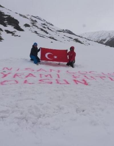 Kar altındaki Kaçkar Yaylası'nda Türk bayrağı açarak 23 Nisan'ı kutladılar