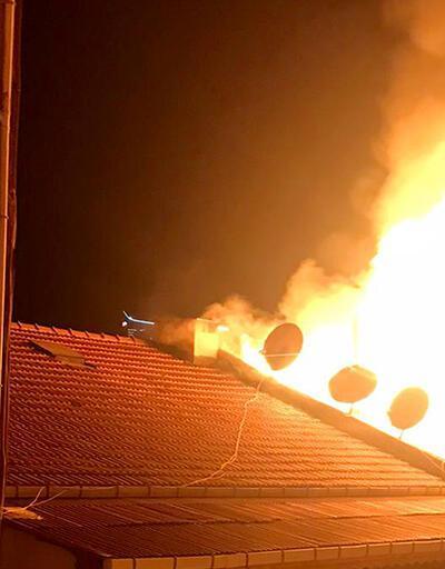 Apartman çatısı yangını mahalleyi ayağa kaldırdı