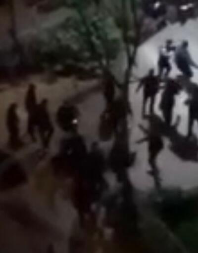 Parkta oturanlarla polis arasındaki tartışma çıktı