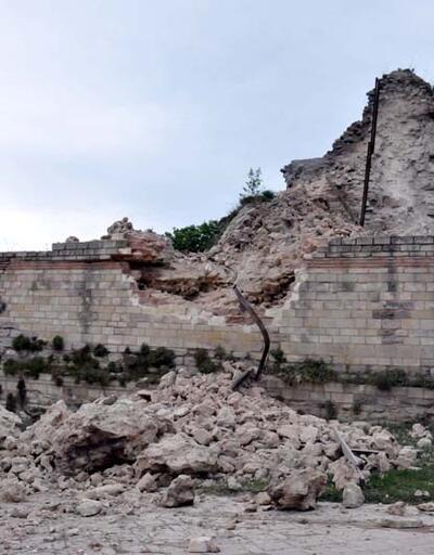 Topkapı'da tarihi surlarda çökme meydana geldi
