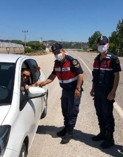 Jandarmadan annelere ziyaret, kadın sürücülere gül