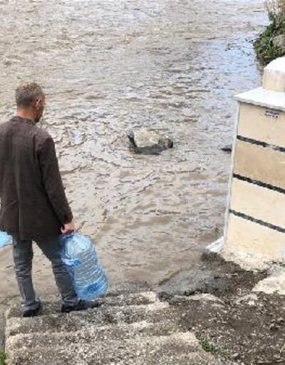 Çeşme taşan çayın altında kalınca vatandaşlar da susuz kaldı