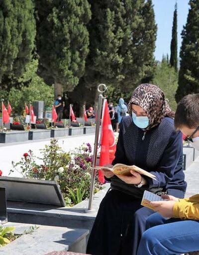 Soma'daki maden faciasının yetimleri izinlerini babalarının mezarı başında geçirdi