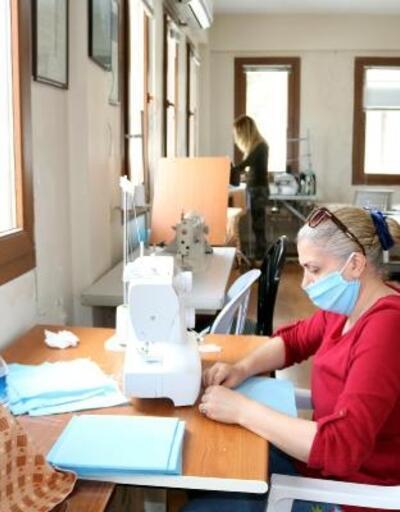Foça'da gönüllü öğretmenlerden kamu çalışanlarına 10 bin maske