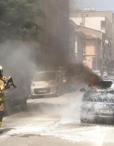 Park halindeki otomobil, alev alev yandı
