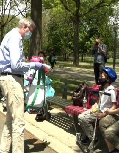 New York Belediye Başkanı maske dağıttı