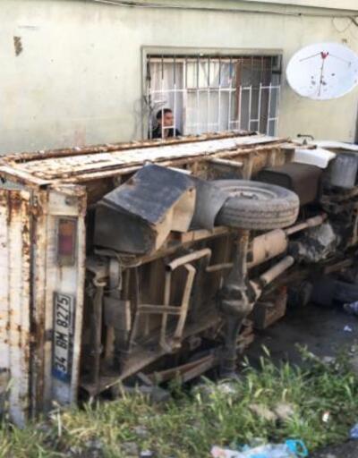 Fren yerine gaza basan sürücü 3 araca çarptı