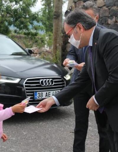 Başkan Özdoğan'dan çocuklara şeker ve maske