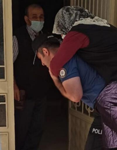 Ayağı kırılan kadını, polis sırtında taşıdı