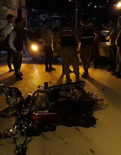 İki kardeşin yaralandığı kaza yerinde toplananlar, sosyal mesafeyi unuttu