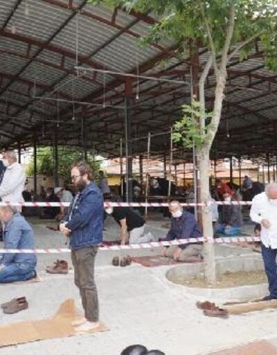 Sarıgöl'de cuma namazı kapalı Tuhafiye Pazaryeri'nde kılındı
