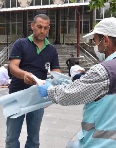 Kayseri'de cuma namazında maske ve seccade dağıtıldı