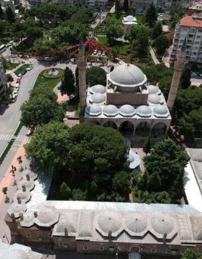 Tarihi Sultan Camii avlusunda sosyal mesafeli cuma namazı