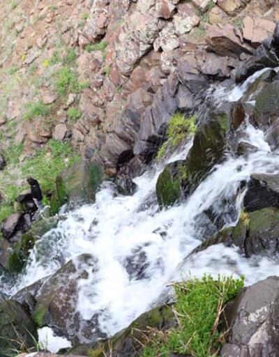 Kar sularıyla beslenen şelale görsel şölen sunuyor