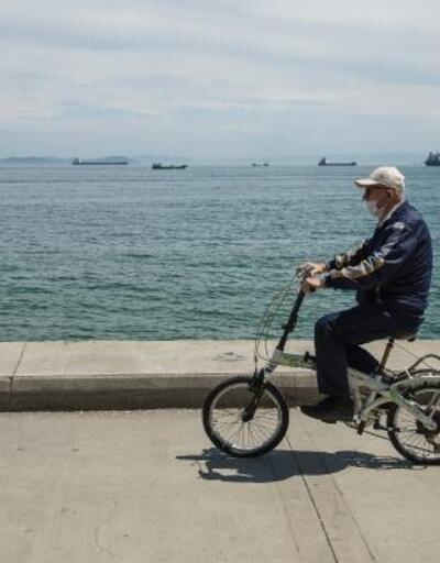 65 yaş üstü vatandaşlar Zeytinburnu ve Büyükçekmece'de sokağa çıktı