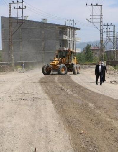 Yüksekova'da mahalle yollarına sıkıştırılmış beton