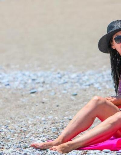 Antalya sahilinde sosyal mesafeli kalabalık