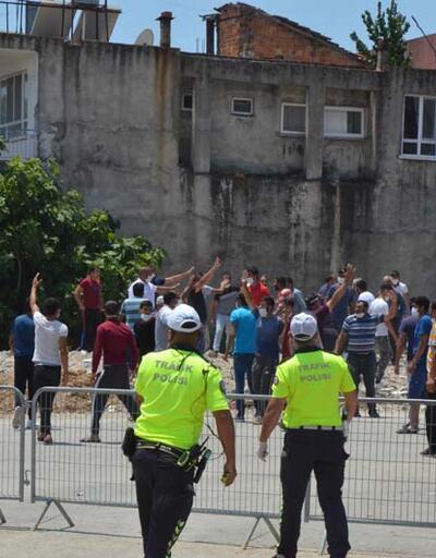 Antalya'da karantinanın uzatılmasına tepki gösteren mahalleli polise taş attı