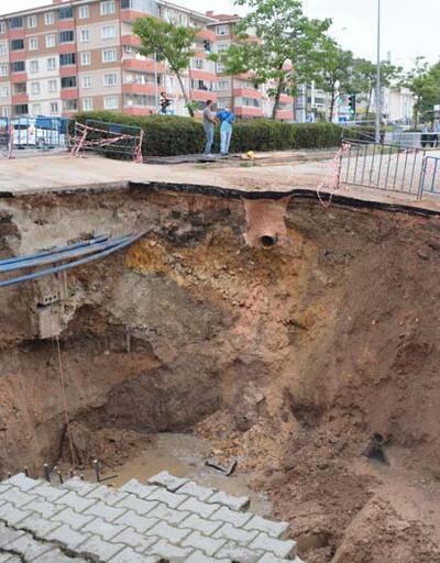 Altyapı çalışması sırasında yol çöktü