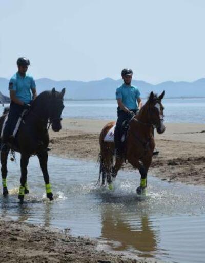Ortaca sahilinde atlı jandarmalara turist ilgisi