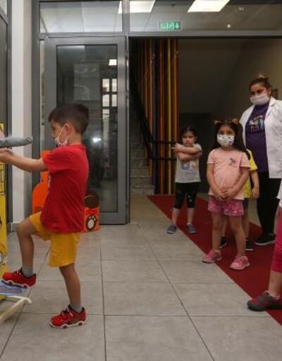 Geri dönüşüm malzemelerinden dezenfektan standı