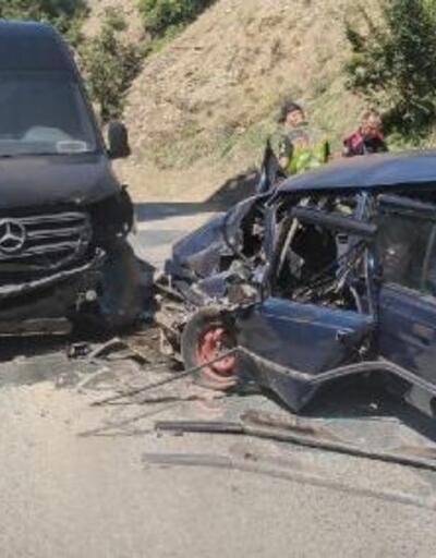 Artvin'de minibüs ile otomobil çarpıştı: 1'i ağır, 4 yaralı