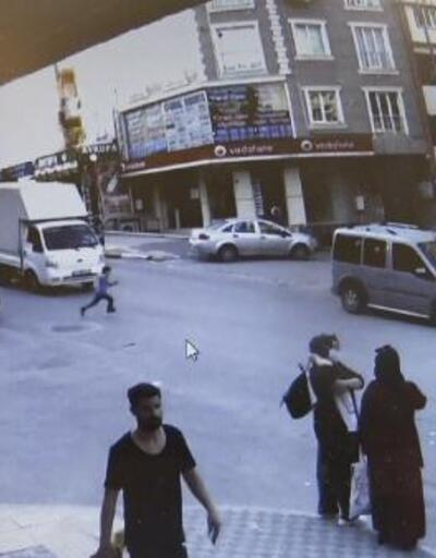 Son dakika... Aniden yola çıkan çocuğa kamyonet çarptı | Video