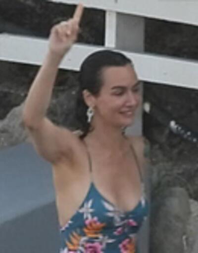 Kameraları görünce havluya sarıldı