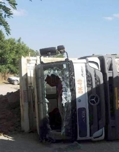 Toprak yüklü kamyon devrildi: 1 yaralı