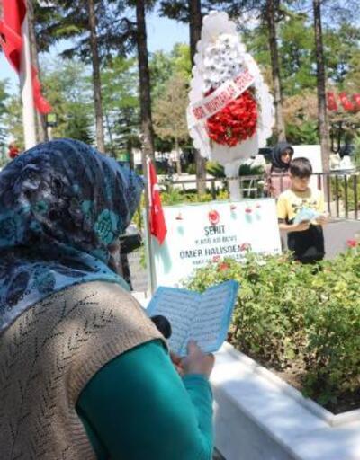 Son Dakika Haberleri: Şehit Ömer Halisdemir'in kabri başında dualar edildi  | Video
