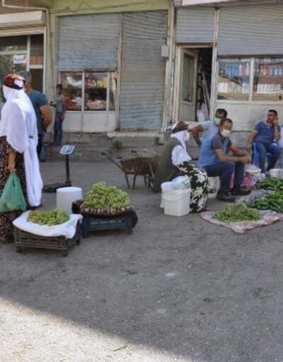 Derik'te yerli sebze ve meyve tezgahlarda