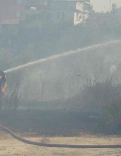 Apartmanların arasındaki arazide çıkan ot yangını paniğe neden oldu