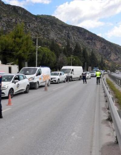 Söke'deki kontrol noktasında tatilcilerin 5 kilometre araç kuyruğu