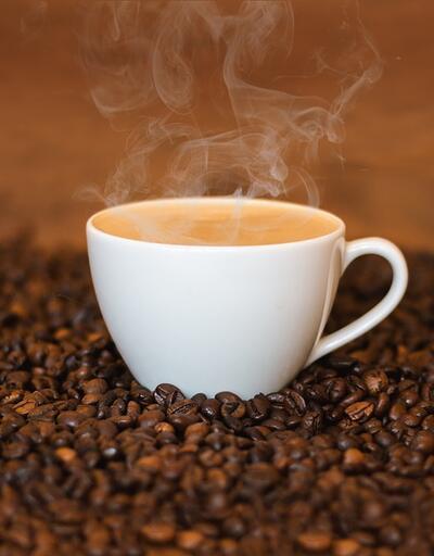 Kahvenin içerisindeki krema ve şuruba dikkat