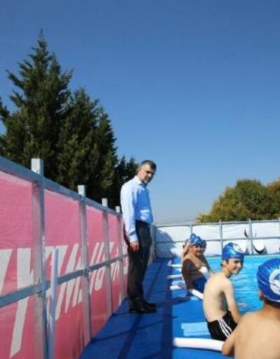 Sultanbeyli'de çocuklar yüzme öğreniyor