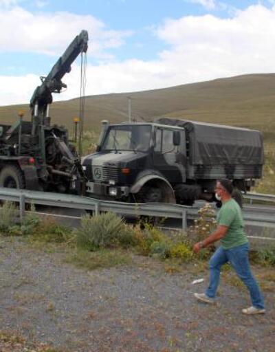 Askeri araç bariyerlere çarpı: 5 yaralı