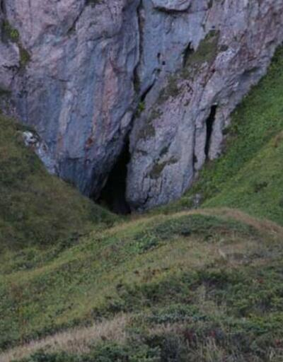 Karı ağustos sıcağında bile erimeyen mağara ilgi çekiyor