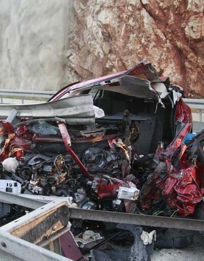 Bariyerlere çarpan otomobil hurdaya döndü: 1 ölü, 1 yaralı