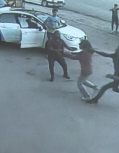 Kocasının şiddetinden kaçan kadını esnaf kurtardı | Video