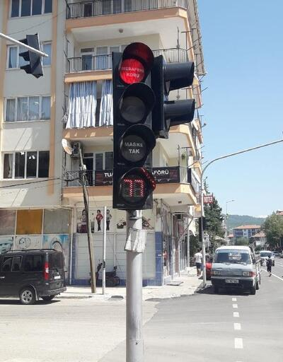 Trafik ışıklarında koronavirüs uyarısı
