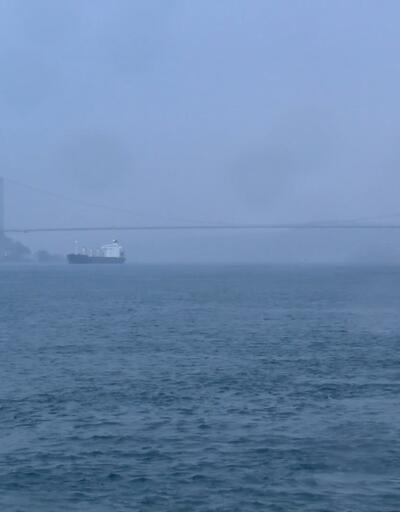İstanbullular güne sis ve kara bulutlarla uyandı